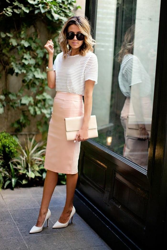 6-business-kleider-weise-bluse-rosa-rock-weise-hohe-schuhe-kleine-tasche-schwarze-brille