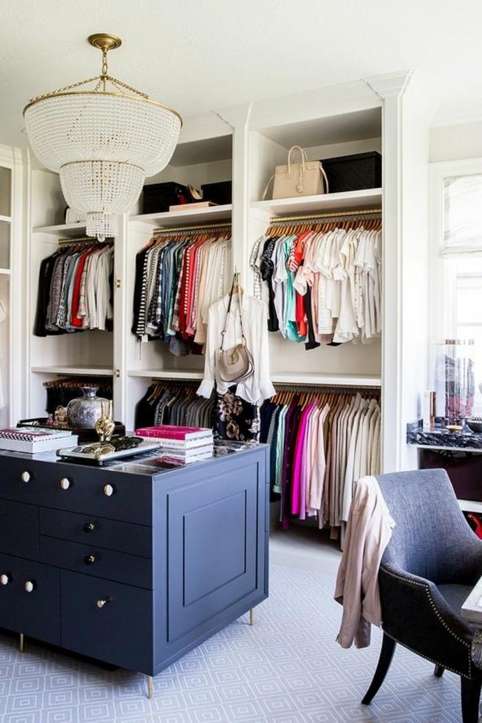 7-ankleidezimmer-einrichten-weiser-begehbarer-kleiderschrank-schwarzer-schrank-kleider-kronleuchter-grauer-stuhl