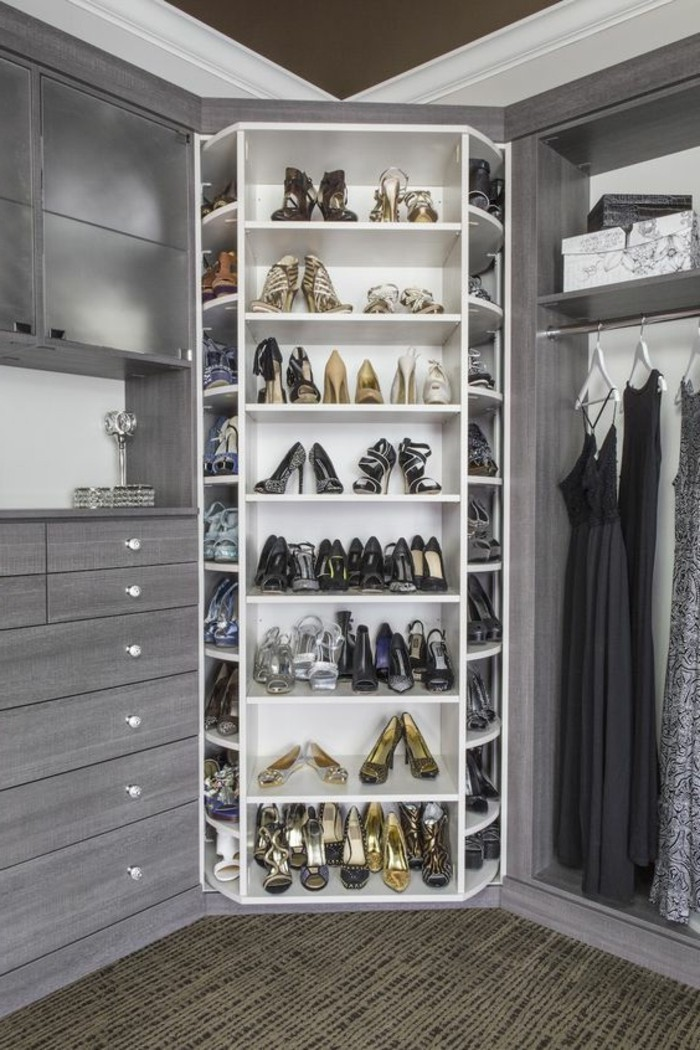 8-ankleidezimmer-einrichten-grauer-begehbarer-kleiderschrank-schuhe-mit-hohen-absatze