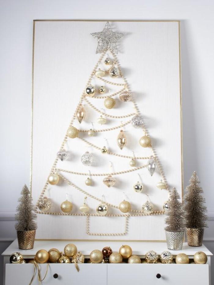 9-weihnachtendekoration-selber-machen-weihnachtsdeko-selber-machen-weihnachtsbaum-aus-goldenen-weihnachtskugeln