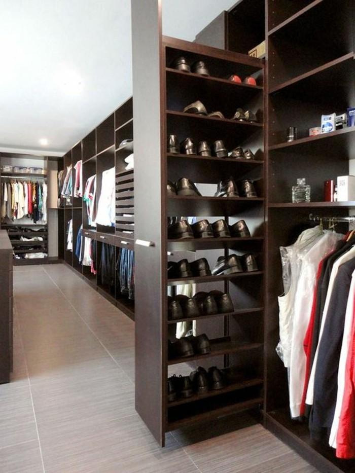 ankleidezimmer-einrichten-brauner-begehbarer-kleiderschrank-schuhe-kleider