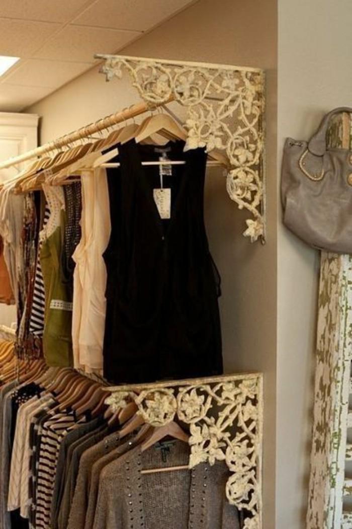 ankleidezimmer-einrichten-goldene-ornamente-kleider
