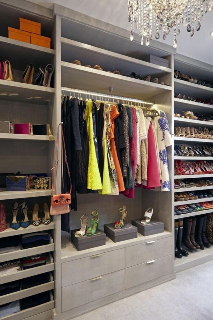 ankleidezimmer-einrichten-grauer-begehbarer-kleiderschrank-kleider-schuhe-mit-hohen-absatze