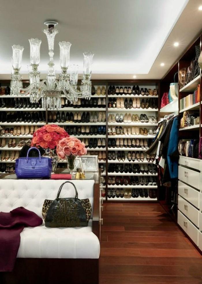 ankleidezimmer-einrichten-groser-begehbarer-kleiderschrank-taschen-rosen-kleider-schuhe-kronleuchter-aus-kristall