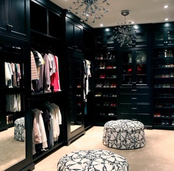 ankleidezimmer-einrichten-schwarzer-begehbarer-kleiderschrank-hocker-in-weis-und-schwarz-kronleuchter-aus-kristall
