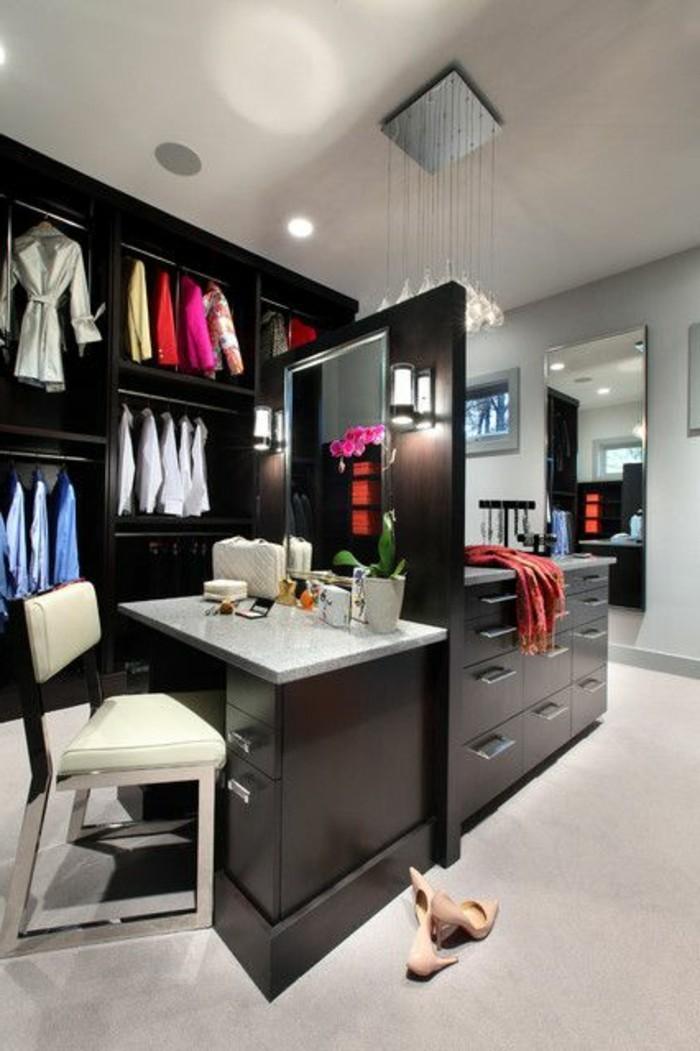 ankleidezimmer-einrichten-schwarzer-begehbarer-kleiderschrank-kleider-spiegel-schuhe