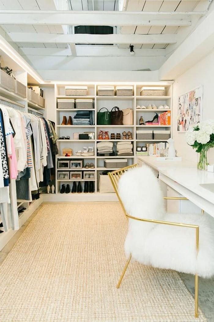ankleidezimmer-einrichten-weiser-begehbarer-kleiderschrank-goldener-stuhl-kleider-schuhe