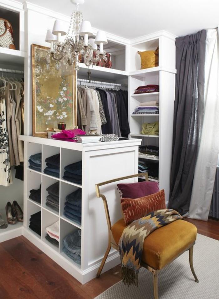 ankleidezimmer-einrichten-weiser-begehbarer-kleiderschrank-kleider-stuhl-weiser-kronleuchter-mit-kristallen