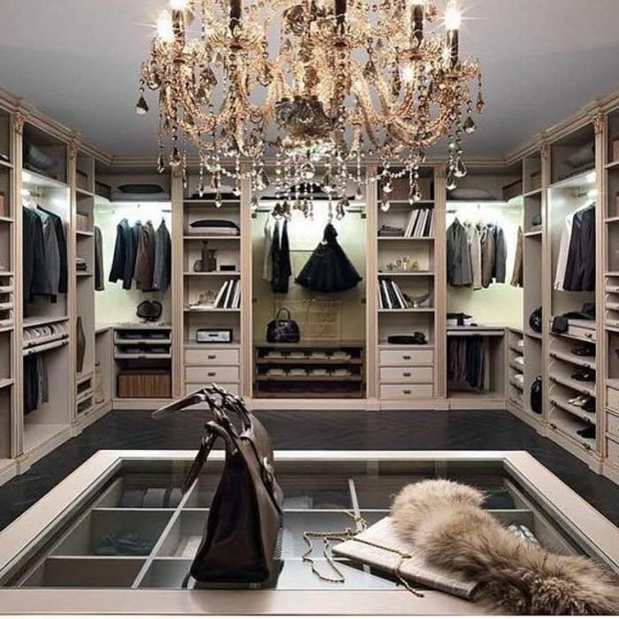 ankleidezimmer-einrichten-weiser-begehbarer-kleiderschrank-schwarze-tasche-kronleuchter-aus-kristall-anzuge
