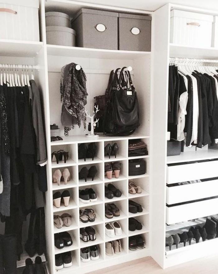 ankleidezimmer-einrichten-weises-regalsystem-schuhe-schwarze-kleider