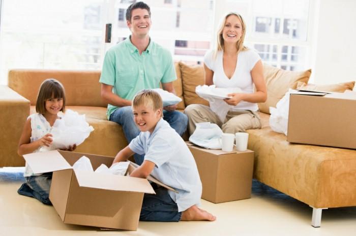 das wohnzimmer auf dem sofa mit der familie