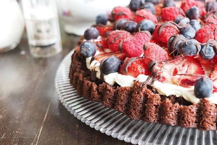 vegane-torte-kuchen-rezept-mit-kakao-vegane-sahne-beeren-schoko-erdbeeren-blaubeeren