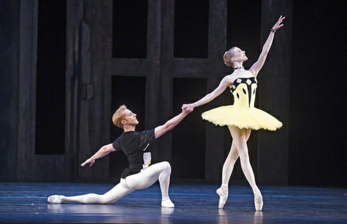ballettstangen-auf-den-weg-zur-glänzenden-bühne-balletttänzer