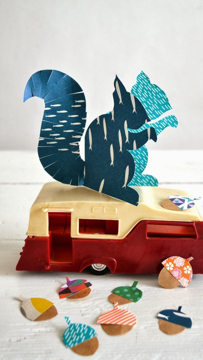 basteln mit papier blaue eichhörnchen bastelvorlage herbst dekoration bastelideen für kinder kleine bunte eicheln aus papier