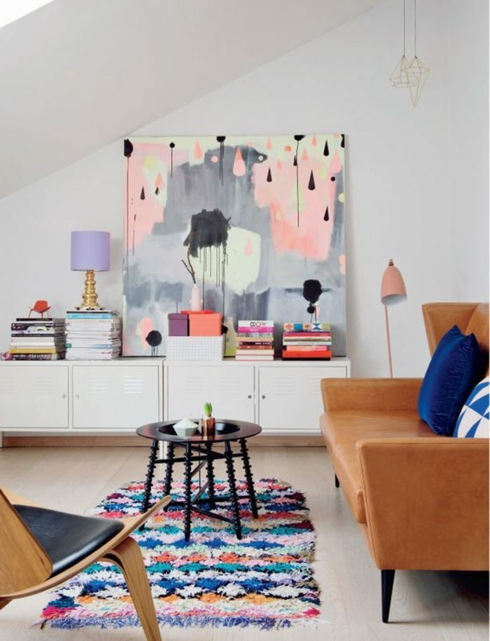 bunte-leinwander-wohnzimmer-holzboden-braune-couch-weise-wande