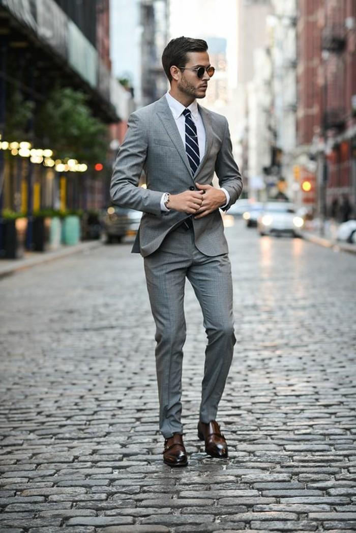 business-kleider-eleganter-grauer-anzug-weises-hemd-reirte-krawatte-braune-schuhe-braune-sonnenbrille