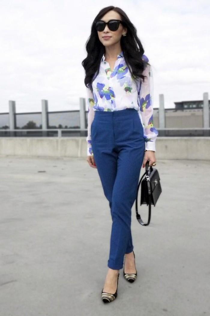 business-kleider-elegantes-hemd-mit-blumen-braue-hose-kleine-schwarze-tasche-schwarze-schuhe-grose-schwarze-sonnenbrille