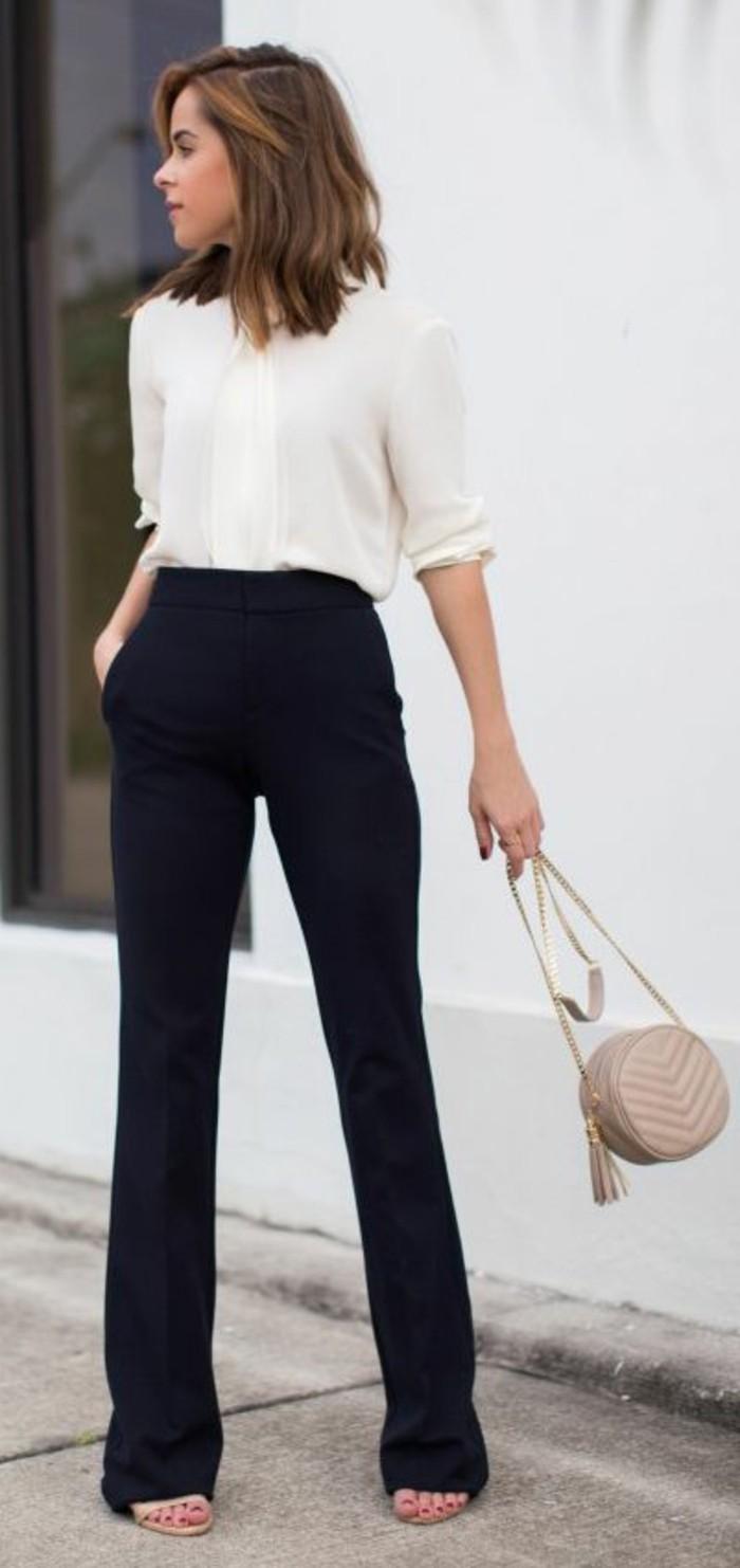 business-kleider-elegantes-weises-hemd-schwarze-hose-kleine-beige-tasche-beige-schuhe
