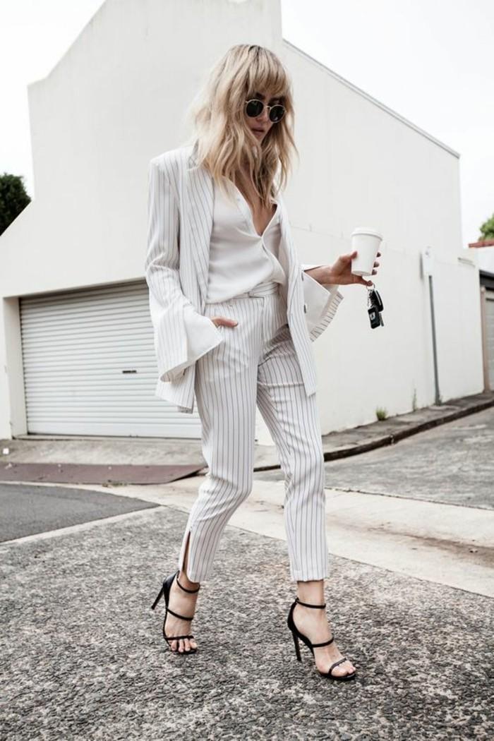 business-kleider-gestreifter-anzug-schwarze-brille-weises-hemd-hohe-schwarze-schuhe
