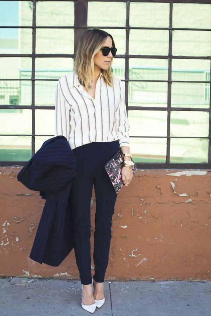 business-kleider-gestreiftes-hemd-gestreiftes-mantel-schwarze-hose-keine-tasche-mit-blummen-hohe-weise-schuhe-moderne-sonnenbrille