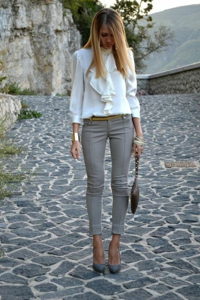 business-kleider-weise-elegante-bluse-graue-hose-graue-hohe-schuhe-kleine-braune-tasche