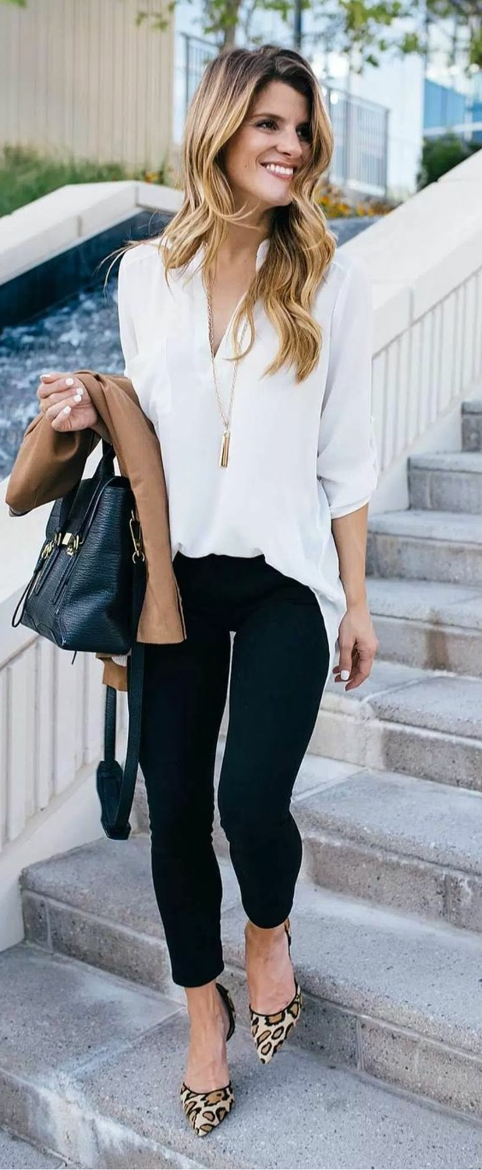 business-kleider-weise-elegante-bluse-schwarze-hose-beige-jacke-schwarze-tasche-hohe-tigerschuhe