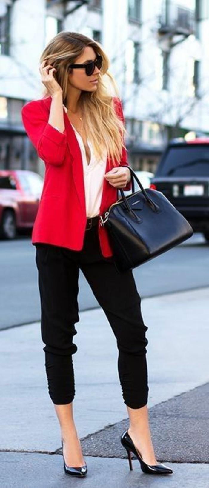 business-kleider-weises-hemd-rote-jacke-schwarze-hose-hohe-schwarze-schuhe-grose-schwarze-tasche-moderne-spnnenbrille