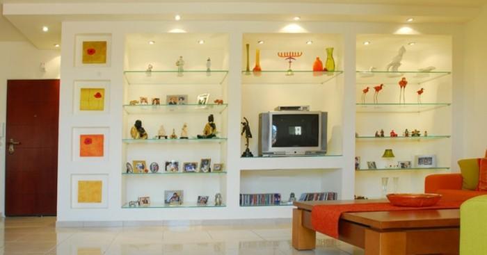 dekotippswohnzimmer-glasregale-kleinigkeiten-indirektes-licht-glas