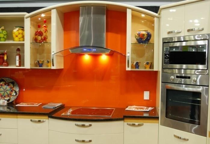 design-mobel-und-gestalltungsideen-fur-moderne-kuche-glasruckwand-orange-farbe