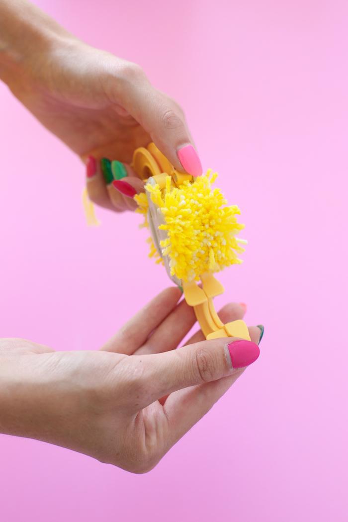 Kleine Bommel selber machen, aus gelbem Garn, mit Pom Pom Maker, Anleitung Schritt für Schritt