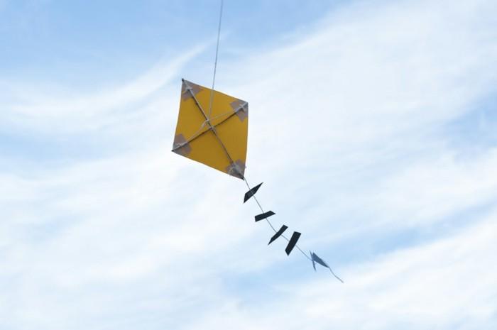 drachen-selber-basteln-fliegt-in-der-luft