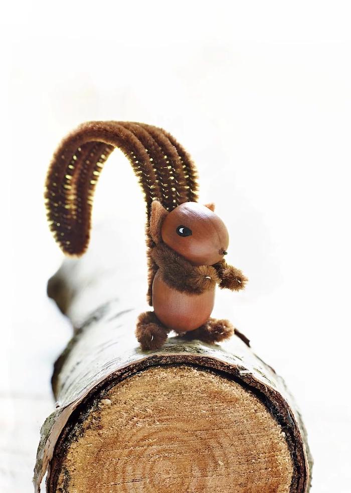 eichhörnchen basteln mit haselnüssen und pfeifenreiniger originelle bastelideen für kinder großer holzzweig dekoideen herbst schön