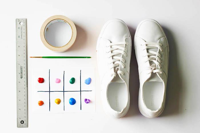 Weiße schlichte Sneaker selbst bemalen, Materialien dazu, Textilfarben Klebeband Lineal und Pinsel