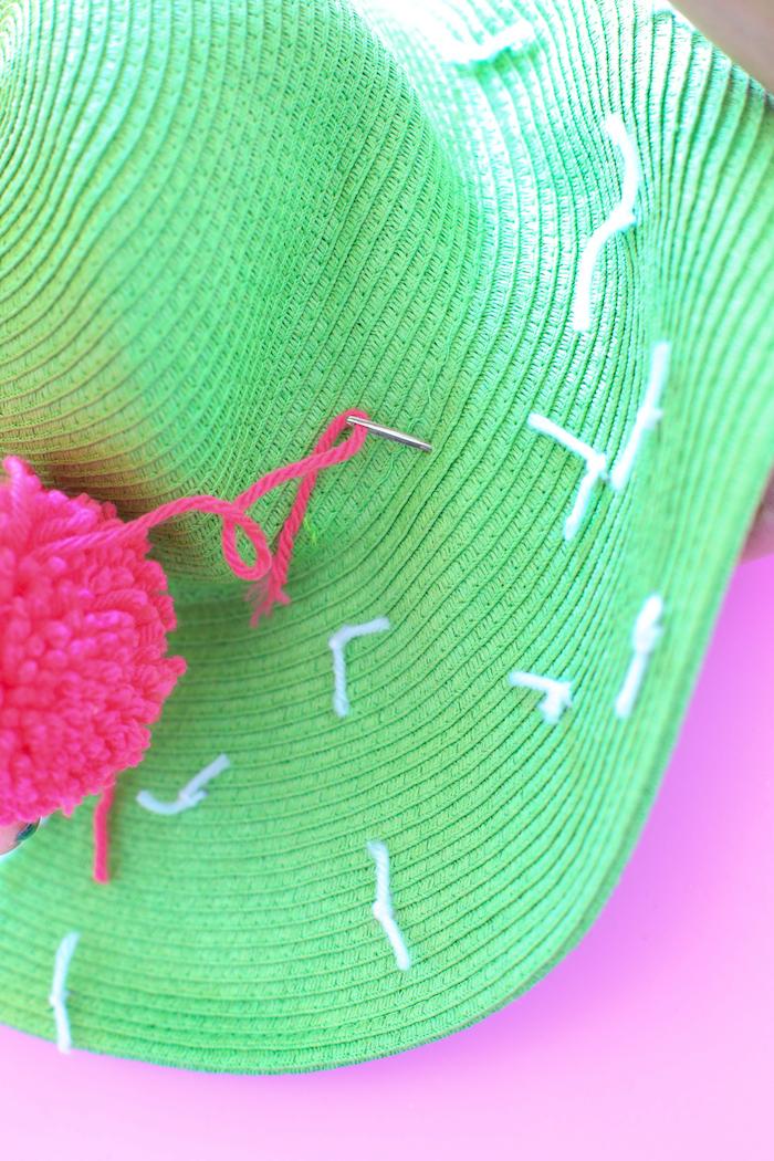 Schlichten grünen Sommerhut mit bunten Bommeln dekorieren, Kaktus Sommerhut selber machen