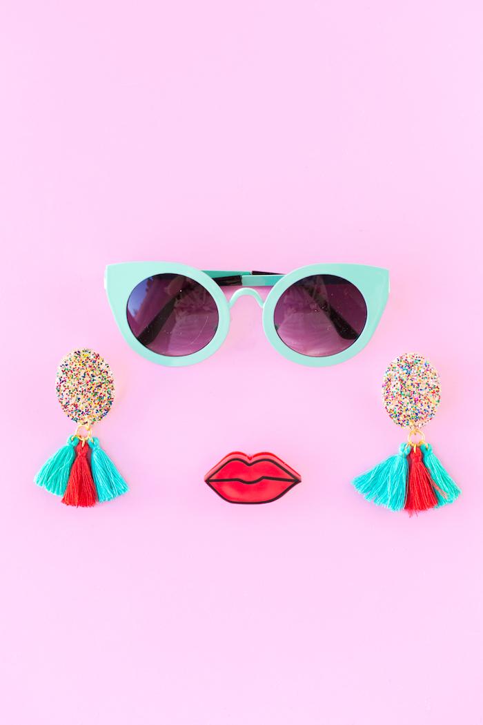 Schöne selbstgemachte Ohrringe aus Silikon und Glitter, mit bunten Bommeln