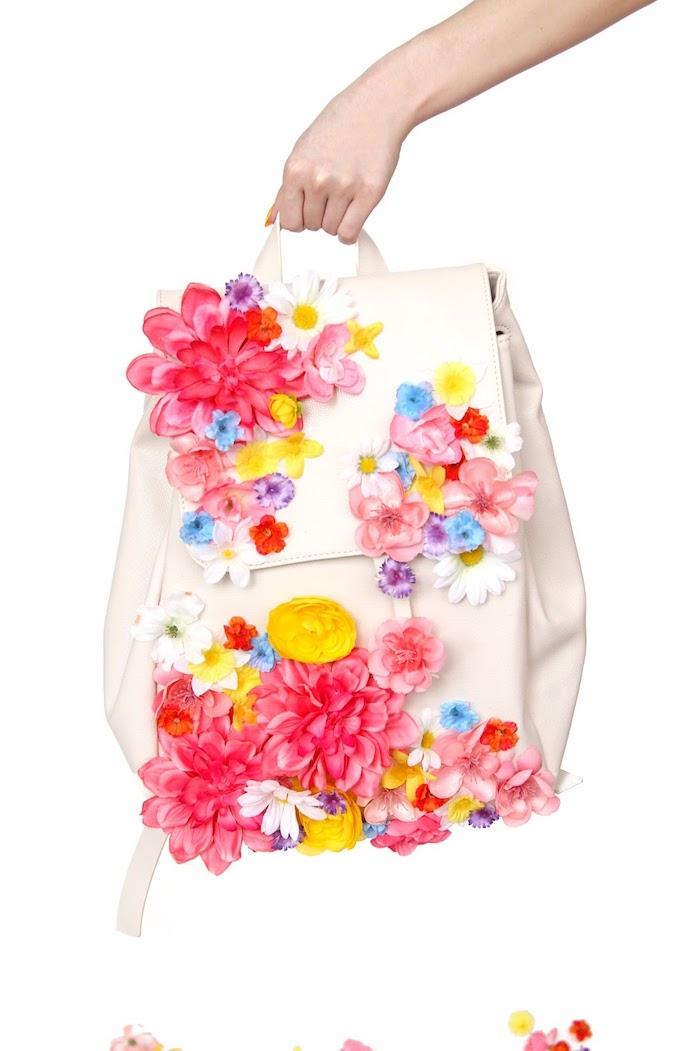 Weißer Rucksack dekoriert mit bunten künstlichen Blumen, DIY Geschenk zum Muttertag