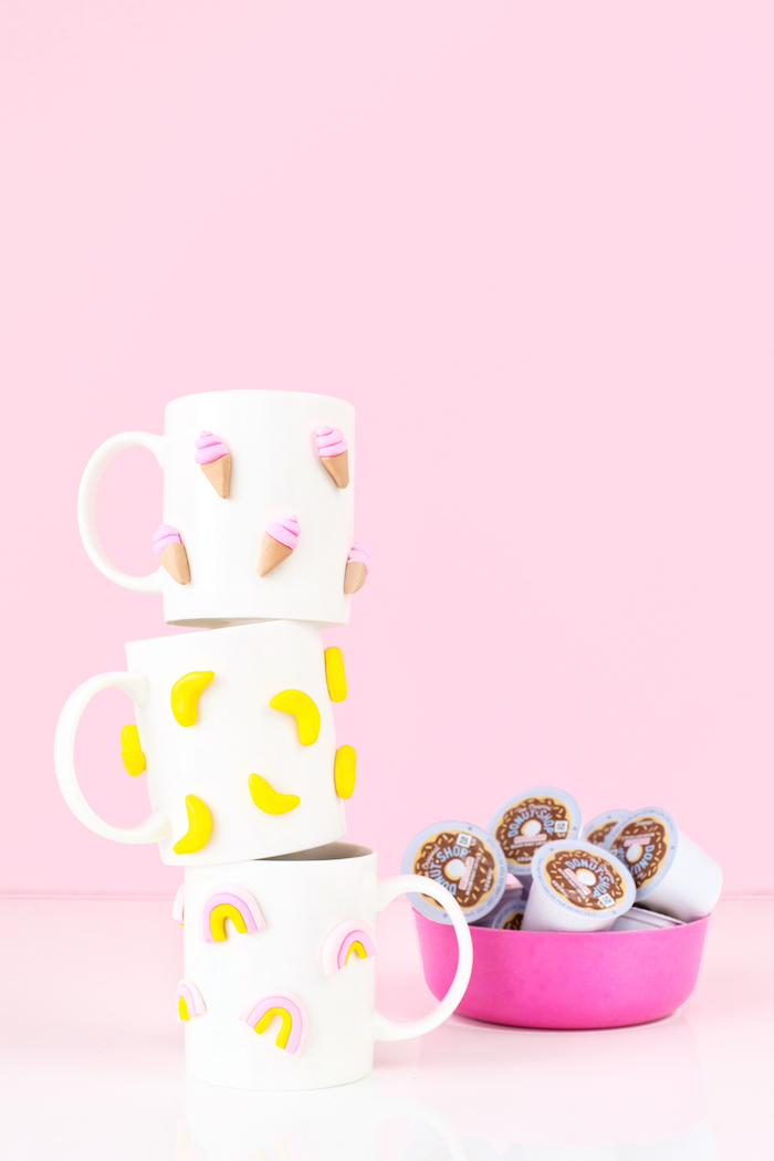 Schlichte weiße Tassen mit kleinen Motiven aus Fimo verzieren, Eis Banane und Regenbogen