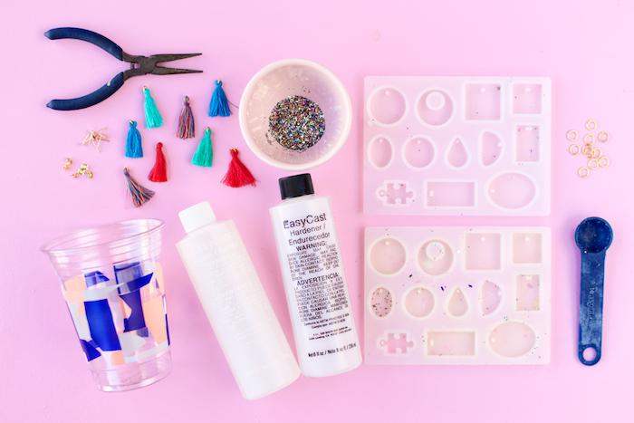 Glitter Ohrringe selber machen, mithilfe Silikonformen, schönes DIY Geschenk zum Muttertag