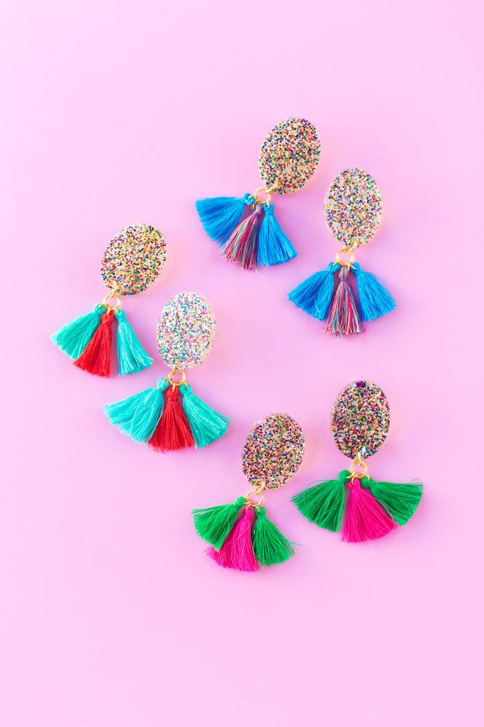 Selbstgemachte Ohrringe mit Glitter und bunten Bommeln, schönes DIY Geschenk für Freundin