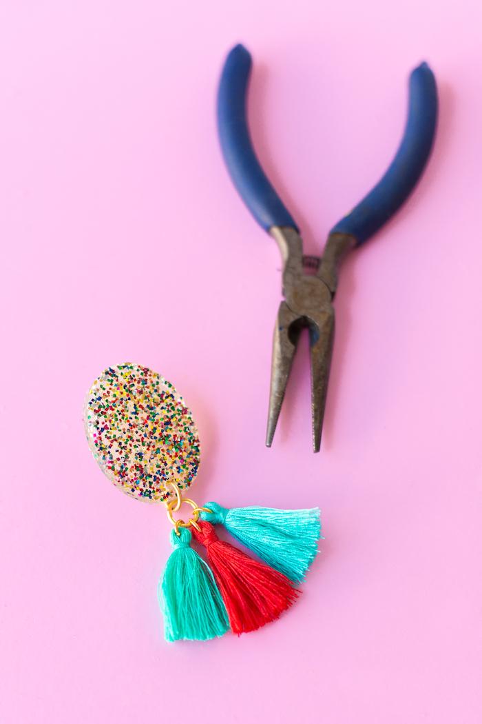 Kreative DIY Geschenkideen zum Nachmachen, Ohrringe aus Silikon und Glitter, mit bunten Bommeln