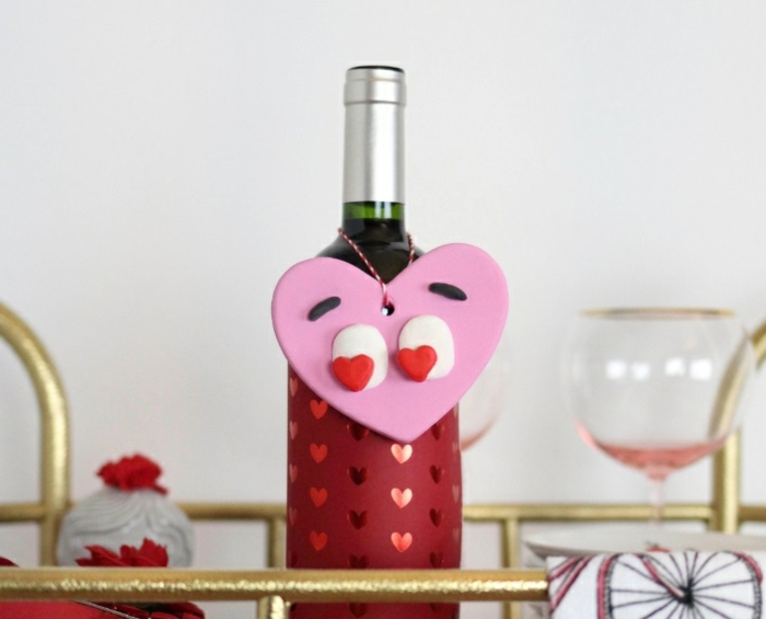 Weinflasche dekorieren, herzförmiger Flaschenanhänger aus Fimo, schönes Geschenk zum Valentinstag