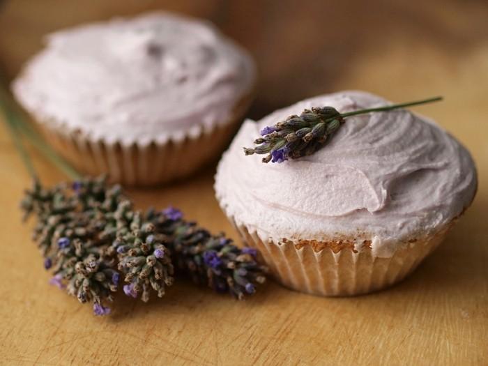 glutenfreier-kuchen-lila-lavenderaroma-süß-muffins-dekorieren-kreativ
