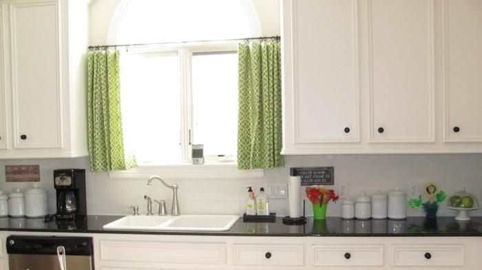 kuchen-gestalten-und-fenster-dekorieren-mit-grunen-gardinen