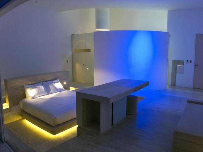 kombination-weises-gelbes-blaues-licht-schlafzimmer-lichthinterdembett-kpnstlicheslicht