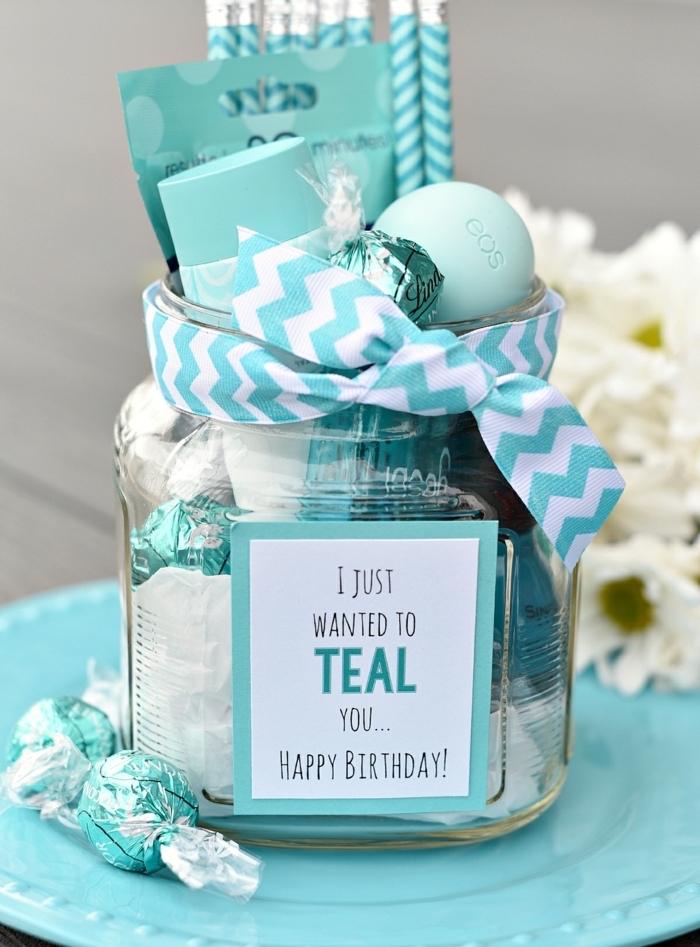Geschenkset zusammenstellen, Leckereien und Kosmetika in Einmachglas, verziert mit Schleife