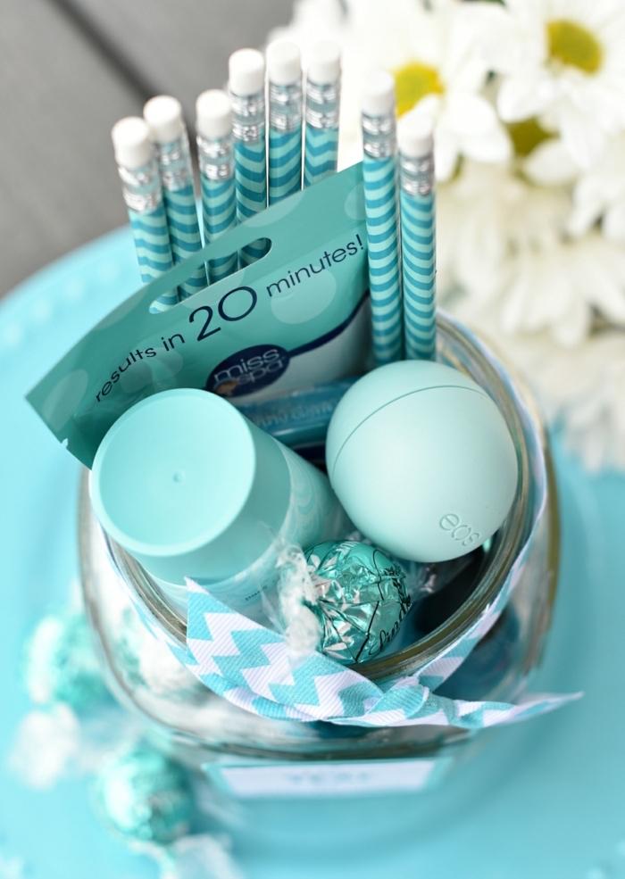 Geschenkset für Freundin zusammenstellen, Kosmetika Pralinen und Bleistifte