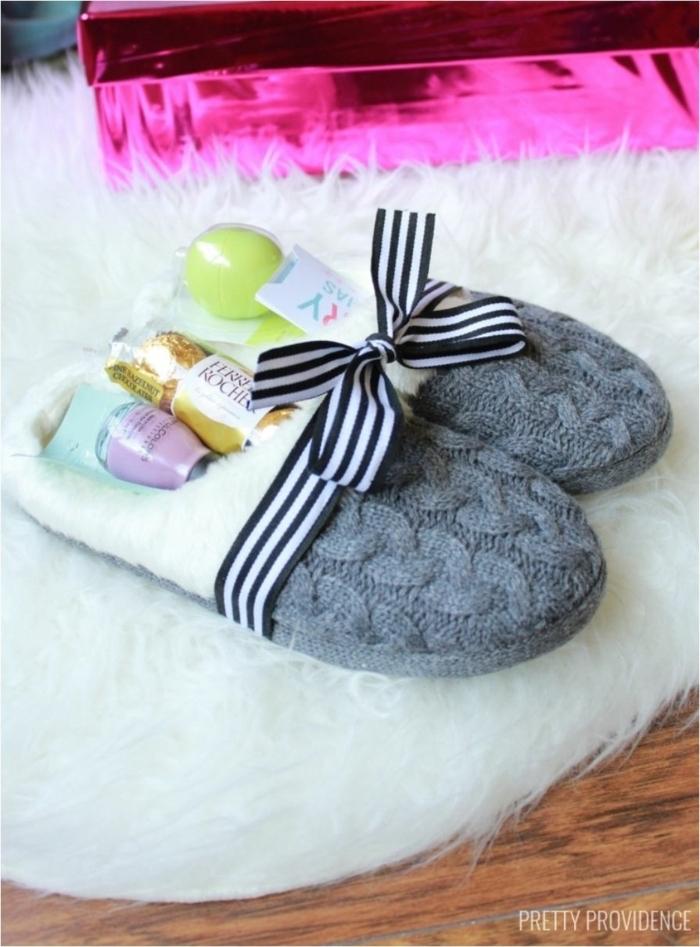 Schönes Geschenk zum Muttertag, Leckereien und Kosmetika in Pantoffeln