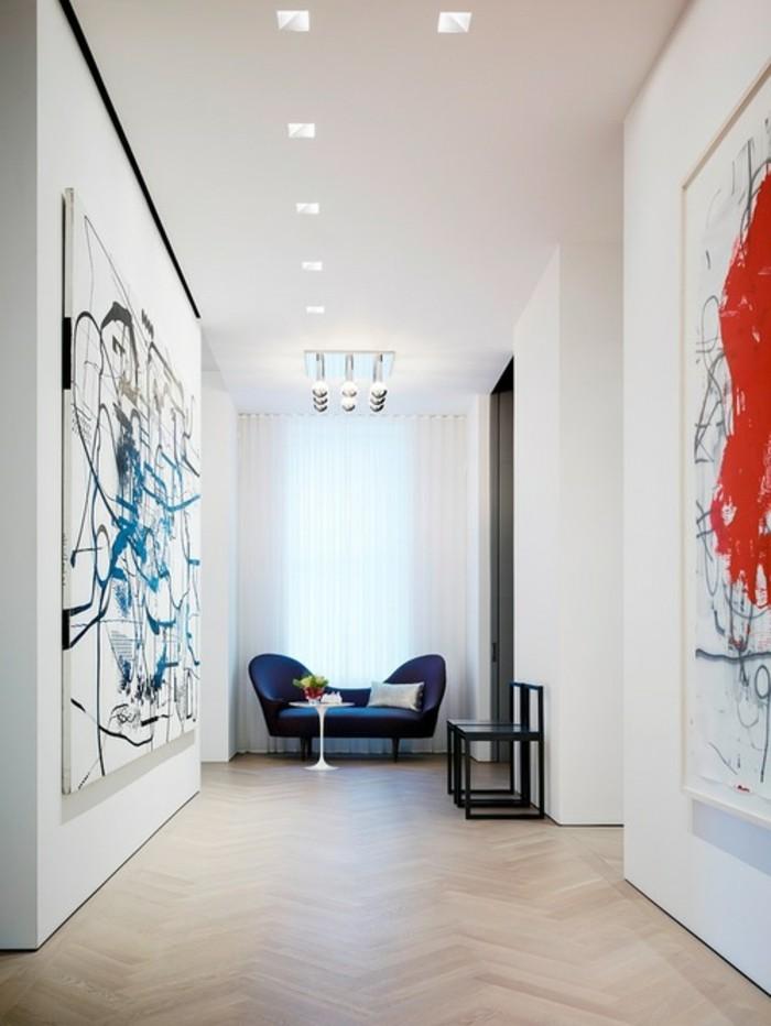 leinwand-bild-xxl-flur-deko-blaue-couch-tiefe-weises-licht-glastisch