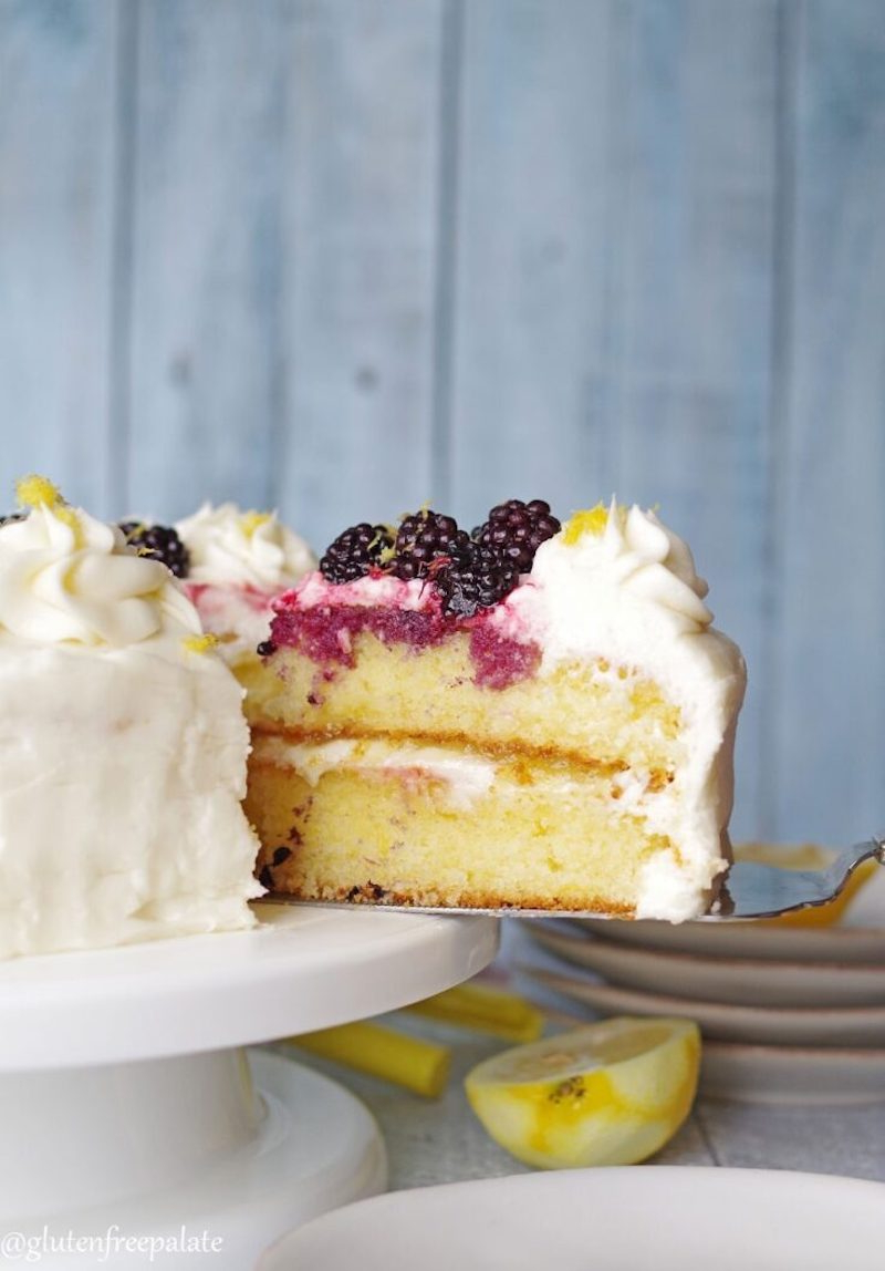 low carb zitronenkuchen ohne gluten mit beeren und sahne