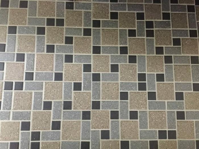 mosaikfliesen-bad-mit-quadraten-und-rechtecken